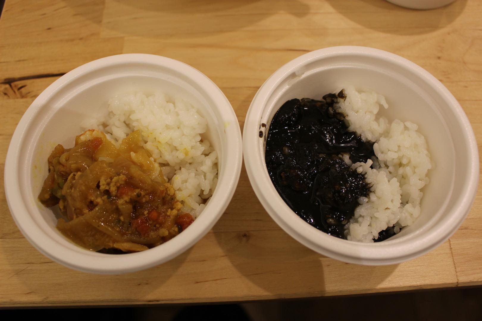 f-cafe「鯛とあさり出汁のキーマカレー」(写真左)「洋食屋さんの黒カレー」(写真右)
