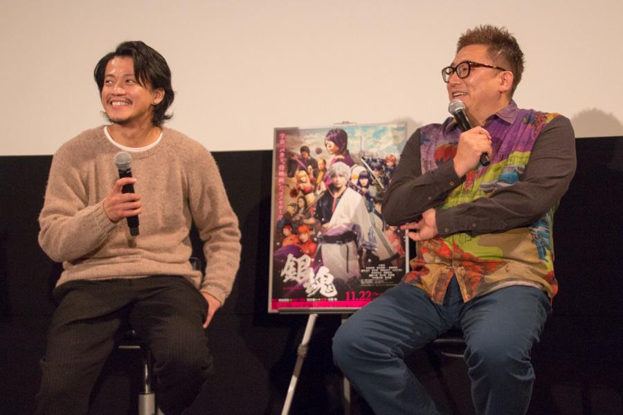 左から、小栗旬、福田雄一監督