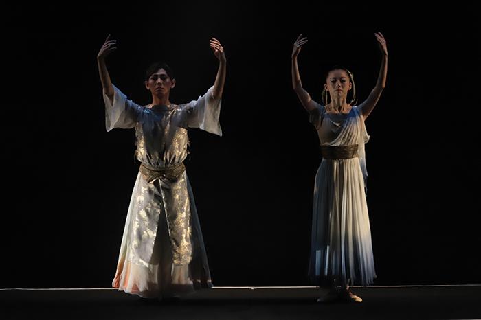 『四方拝』(左から)緑間玲貴、前田奈美甫 (撮影:仲程長治)