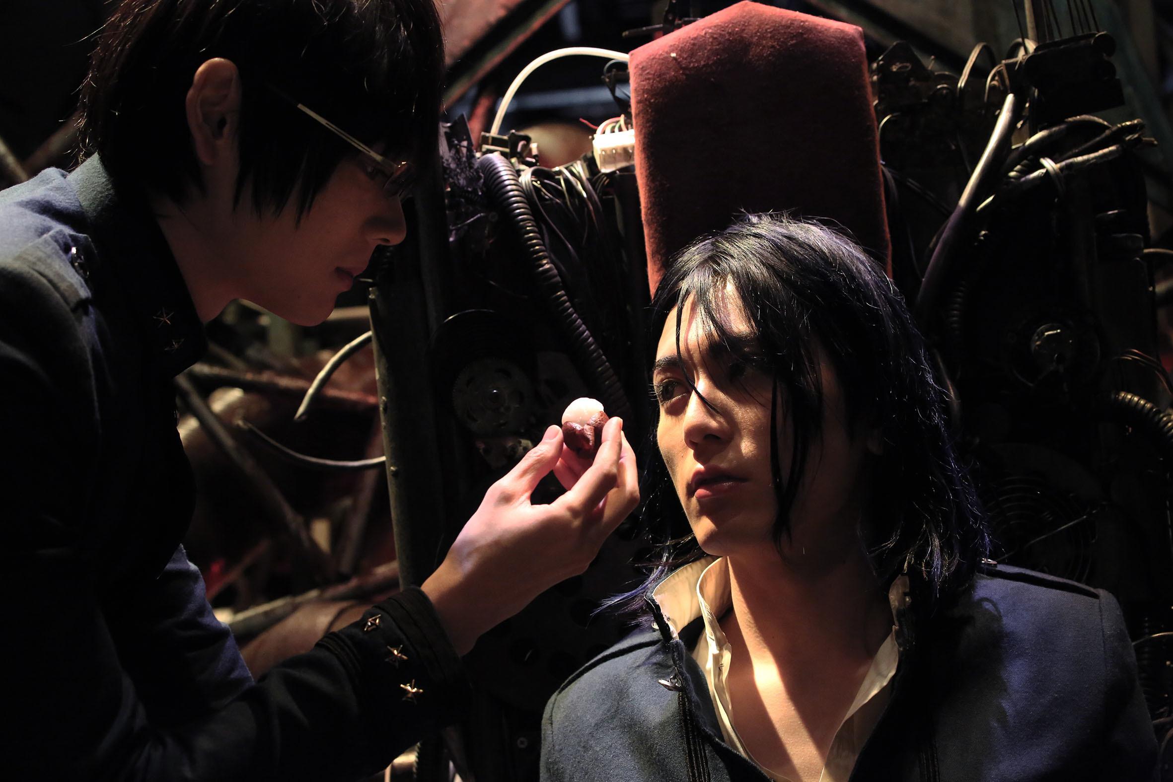 ジャイボ(間宮祥太朗)にせまるゼラ(古川雄輝) (C)2015『ライチ☆光クラブ』製作委員会