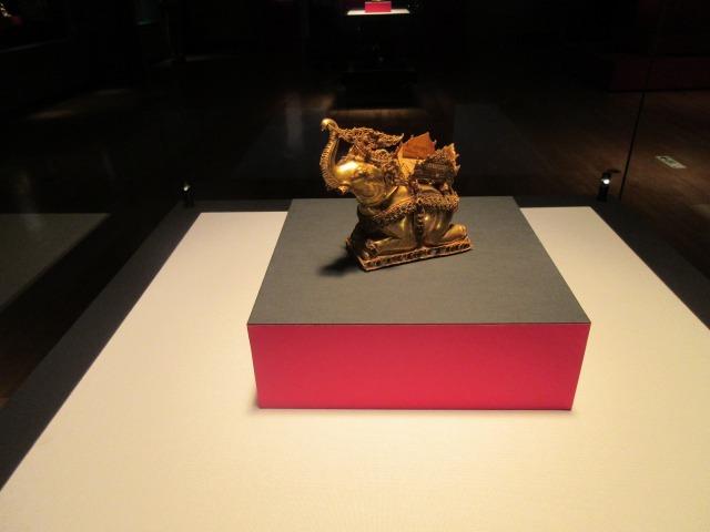 金板に貴石をはめて装飾する象嵌技法で作られた「金象」