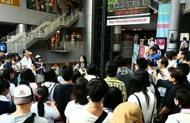 大阪・心斎橋 BIGSTEP前で路上ライブを行う井上苑子。(写真提供:EMI Records)