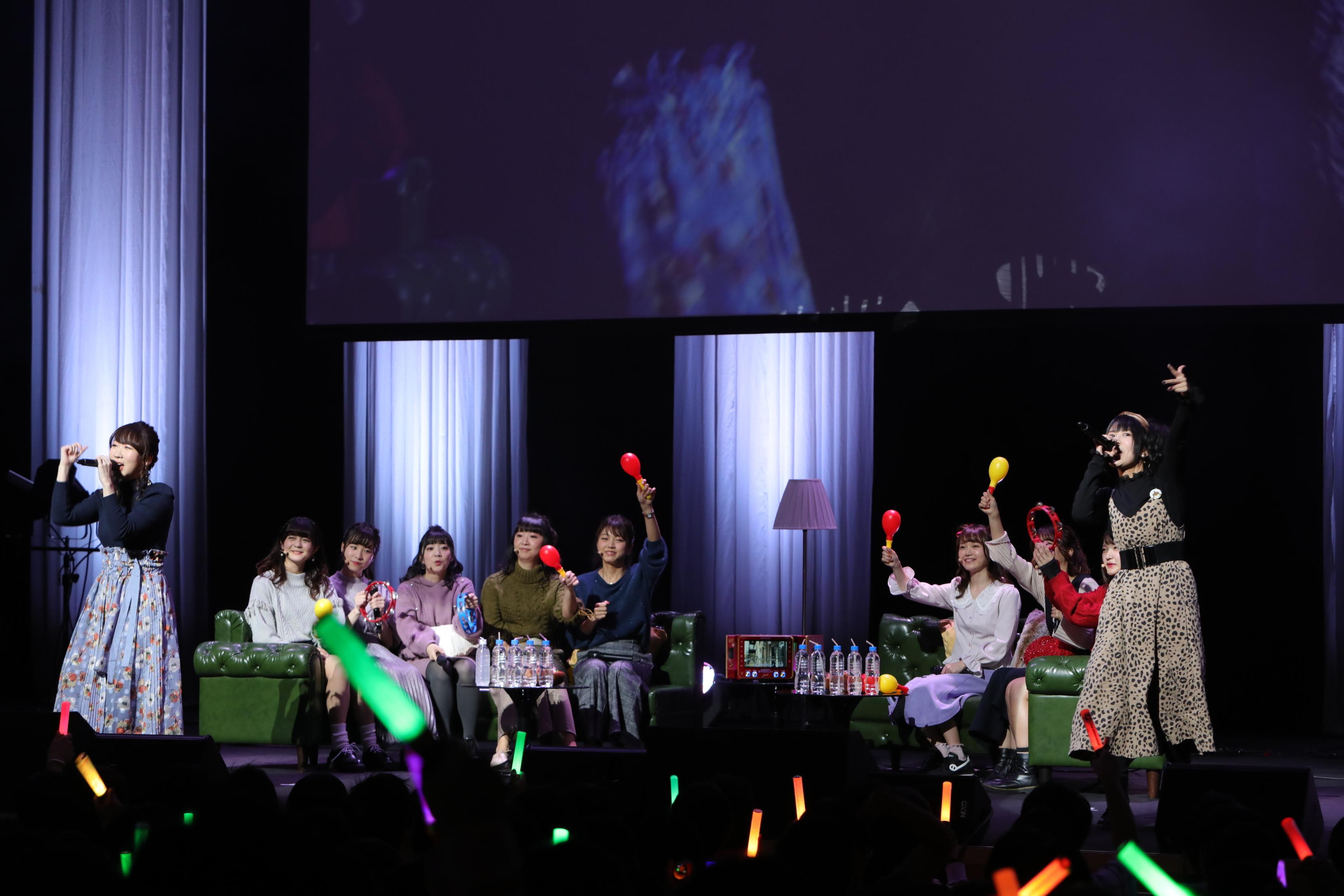 ソファセットでカラオケ大会。佐々木・相羽コンビは「シャンパンゴールド」
