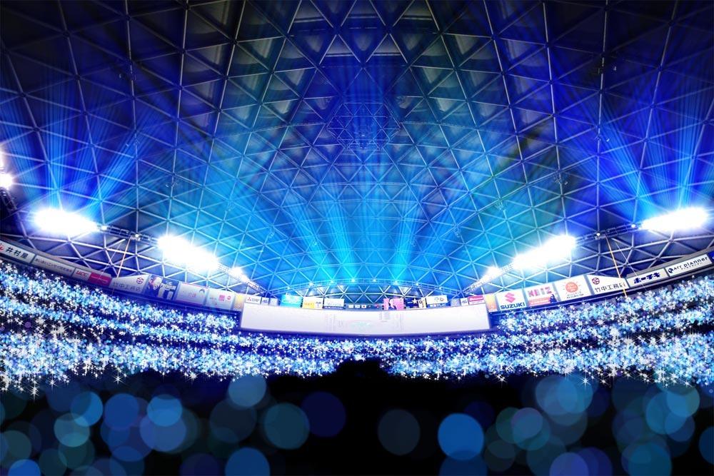 10日は青色に光輝く「青夏スティック」が来場者全員に配られる。試合後には照明が落とされ、幻想的な光景が広がる