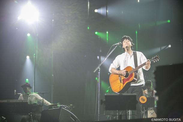 """秦基博「HATA MOTOHIRO 10th Anniversary ARENA TOUR """"All The Pieces""""」大阪・大阪城ホール公演の様子。(撮影:杉田真)"""