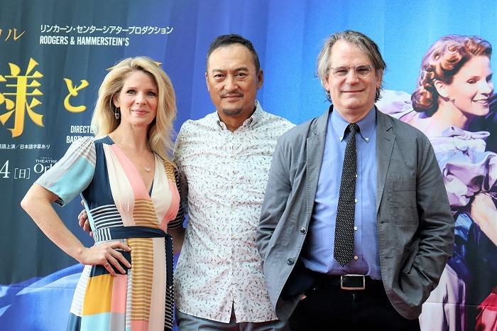 (左から)ケリー・オハラ、渡辺謙、バートレット・シャー
