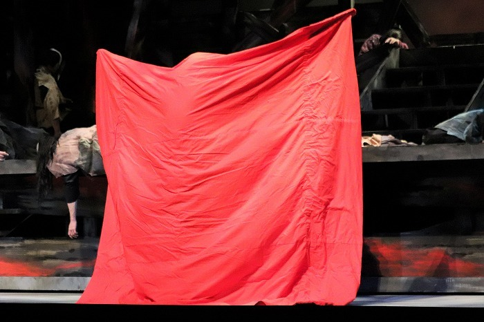 舞台上で三宅さんが次のお役に着替える場面も!