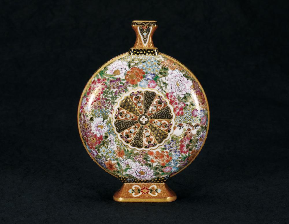 作家名:空女(小野多美枝) 作家英語名:Cu-nyo(Ono Tamie) 作品名:華薩摩 魚華紋 扁壺 作品英語名:Floral  Satsuma style pottery flask with fish and flower blossom motifs 店名:松森