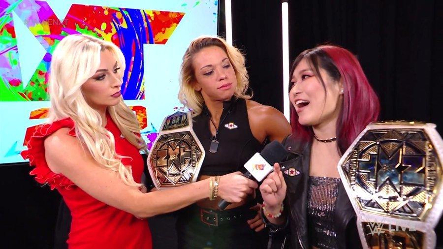インタビューを受ける紫雷イオ&ゾーイ・スターク組 (c)2021 WWE, Inc. All Rights Reserved