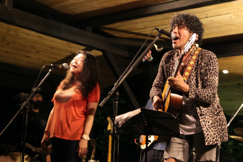 金子マリ(左)