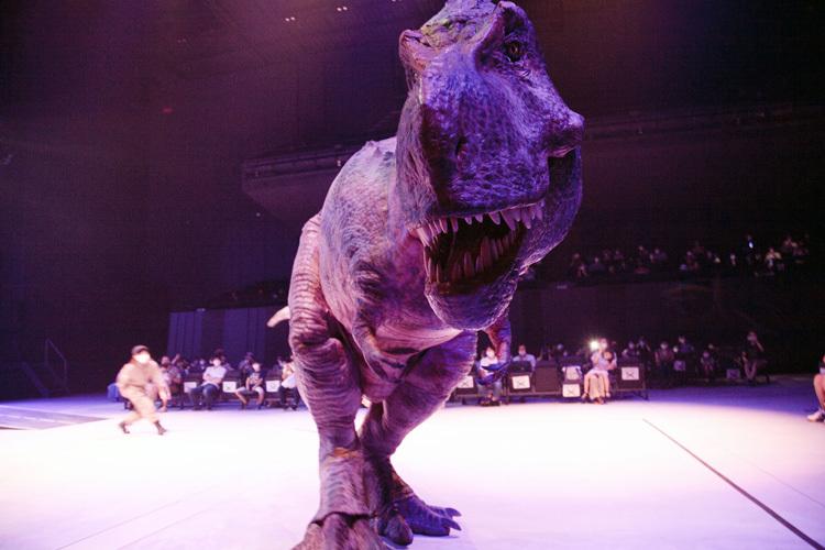 客席に迫るティラノサウルス