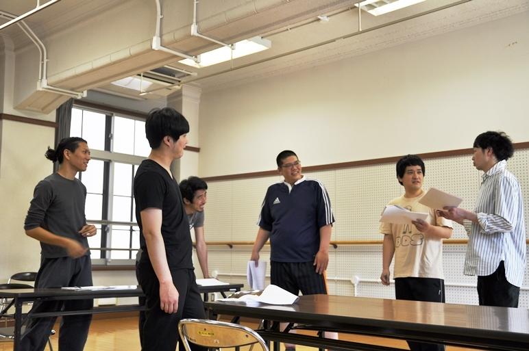 和気あいあいとした雰囲気の稽古場。ちなみに近藤(左から2番目)と伊勢村(右から2番目)はNSCの先輩後輩のため、近藤が伊勢村の演技に対してキツいツッコミを入れたりも。 [撮影]吉永美和子