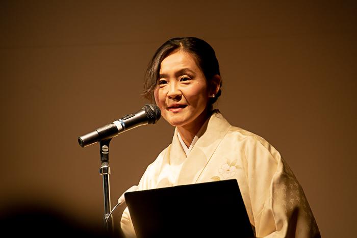 特別展『きもの KIMONO』研究員の小山弓弦葉氏は着物で登場!