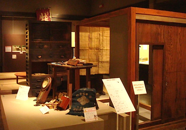 明治31年から昭和17年まで、豆みそやたまりしょうゆの販売をしていた名古屋市西区の「井桁芳(いげよし)」の店構えを再現したスペース。当時のラベルや価格表、別の商店の看板や量り売りの道具なども展示されている