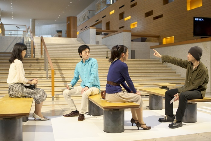 青年団『東京ノート』-日中韓俳優出演・3カ国語版-(2010) ©青木司