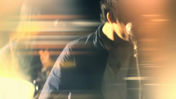 凛として時雨「SOSOS」ミュージックビデオのワンシーン。