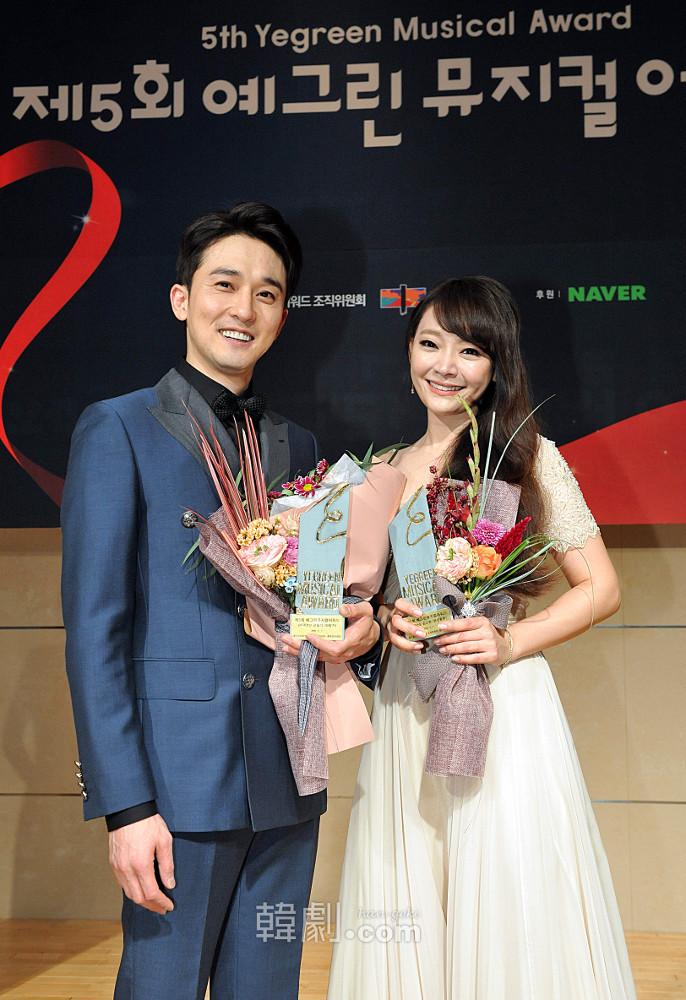 主演賞を受賞したカン・ピルソク(写真左)とキム・ソヒョン