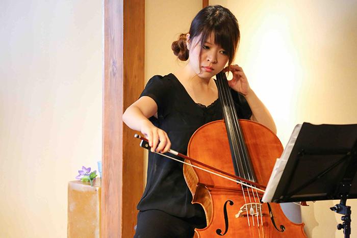チェロ演奏=浅井智佳子 (写真:宮川舞子)