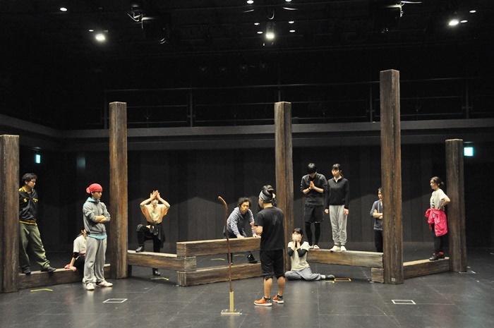 今回の美術。10本の柱は、組み方次第で椅子や塀のようにも使用できる。