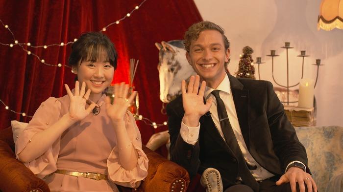 左から 本田望結(応援サポーター/ゲストスケーター)、サム・ハーヴィー(シンガー)