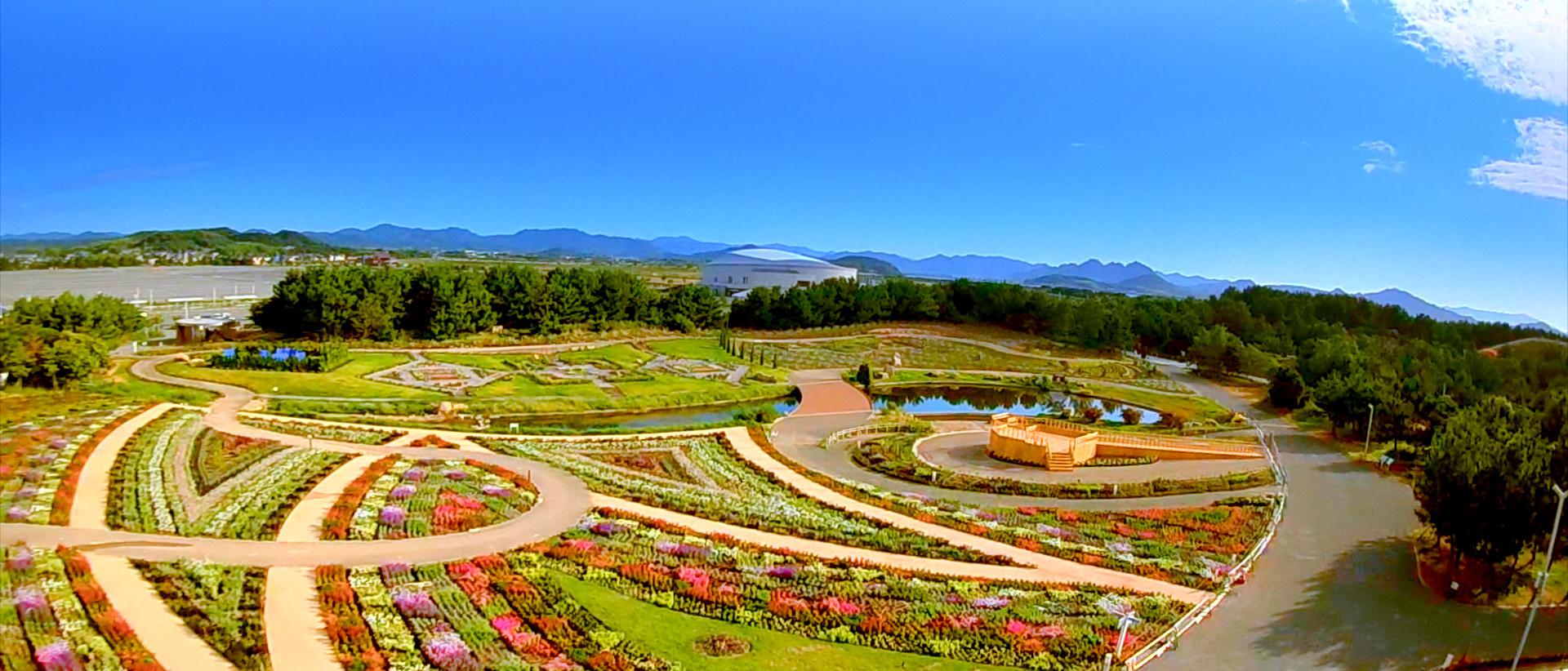 様々なテーマで作られた庭園が広がる