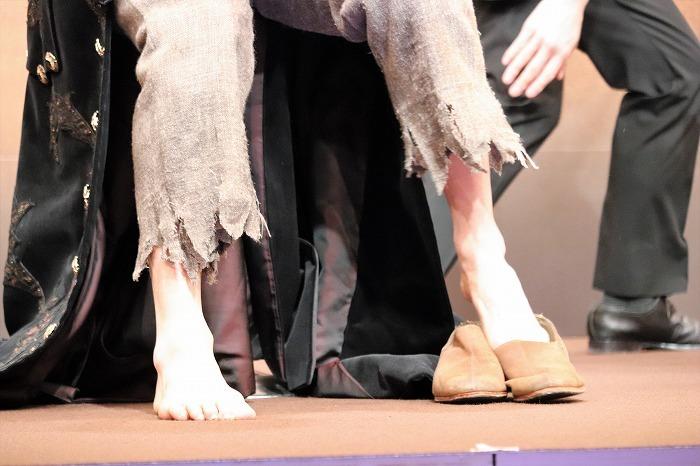 靴を履く浦井さん