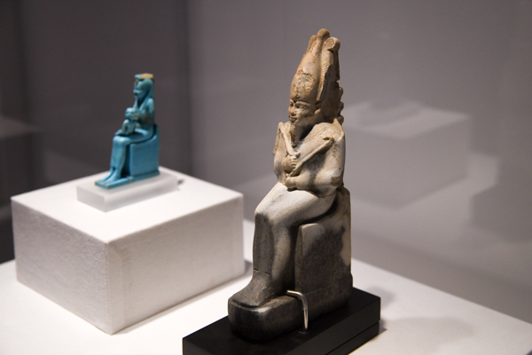 手前:《背面にジェド柱を持つオシリス神の小像》末期王朝時代、前664〜前332年頃