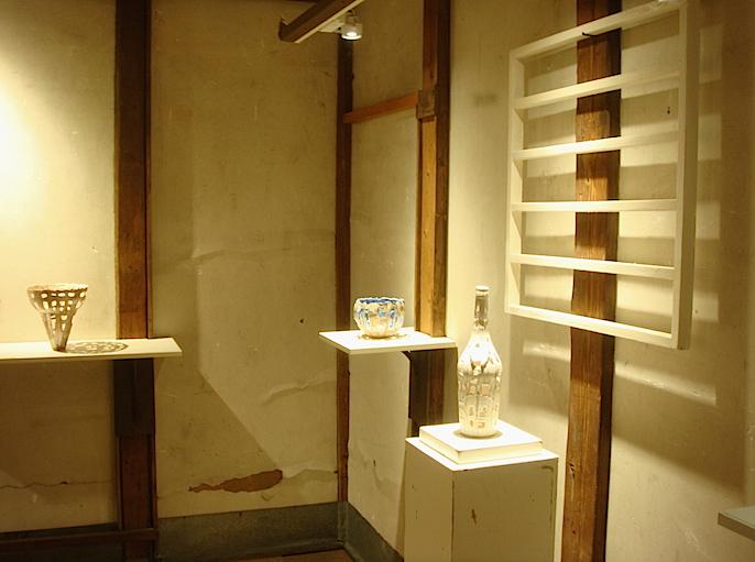 蔵や納屋には、器の形をした無国籍で抽象的な造形を生み出す柴田眞理子の陶芸作品が。随所に空いた穴が織りなす影も美しい作品は、手に取って好きな場所に移動することもできる
