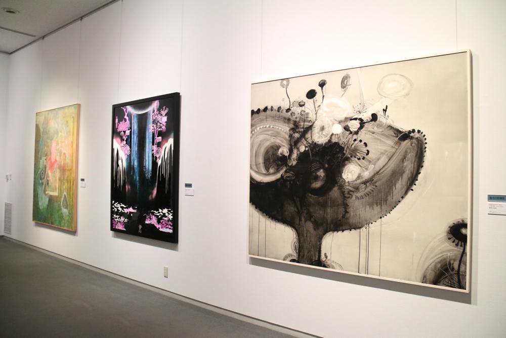 右:小田瀧秀樹 《虚空の徒花》2018年 アクリル・鉛筆・キャンバス・パネル 162×194cm (野口玲一)