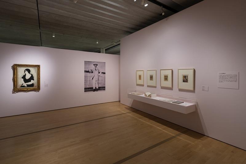 乳白色の技法を取り入れた初期の作品《座る女》(左)とフジタの写真(中央) (ポーラ美術館提供)(C)Ken KATO