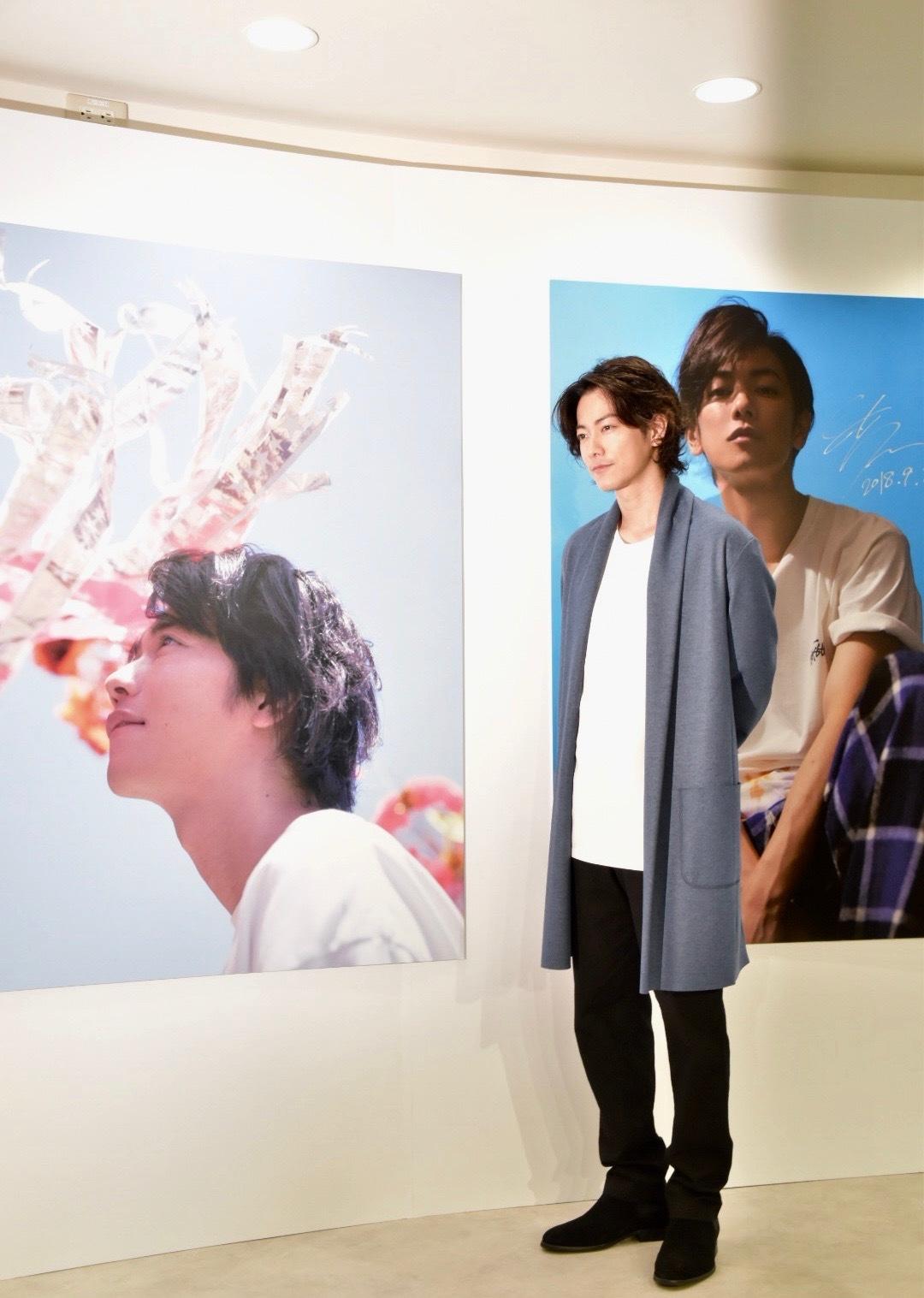 本展のお気に入り写真について聞かれると、水色の空を背景にした一枚(左)をチョイス