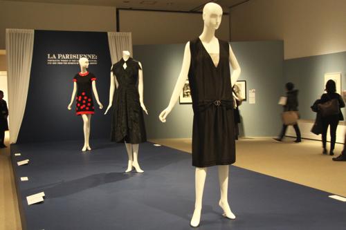 (左奥から)ピエール・カルダン ドレス 1965年頃、クリストバル・バレンシアガ ツーピースのカクテルドレス 1949年頃、ジャン・バトゥ バトゥ社のためのデザイン ドレス 1925-28年