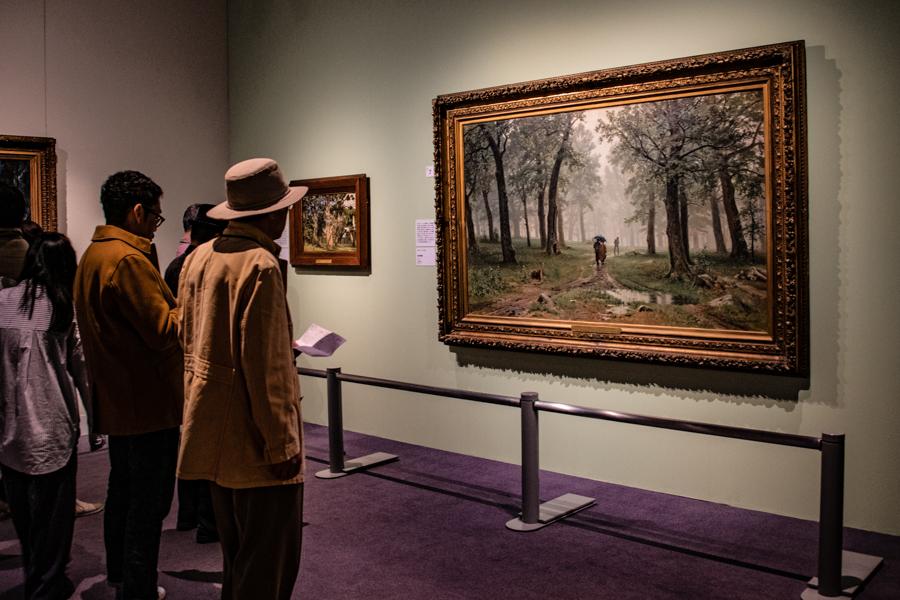 展示風景。右手は、イワン・シーシキン 《雨の樫林》。