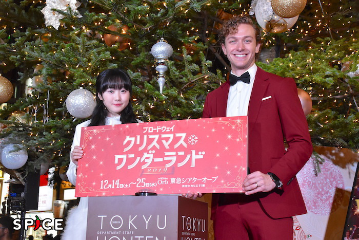 本田望結とサム・ハーヴィー(左から)