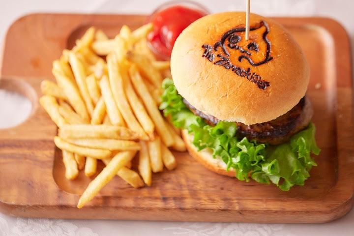 ペニュの特製ハンバーガー ¥1,278(税込み ¥1,380)