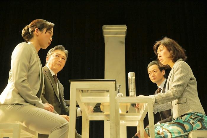 T-works#2『THE Negotiation』より。(左から)丹下真寿美、三上市朗、森下亮、山崎和佳奈。 [撮影]堀川高志