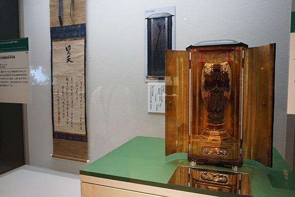 右手前が「世継観音像」(戦国時代 16世紀、龍潭寺蔵)