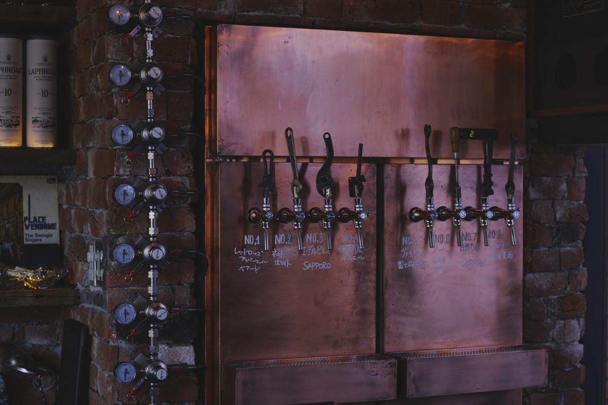 国内を中心に常時8種類のクラフトビールが味わえる。メニュー表には詳しい解説も付いているので、いろいろと飲み比べながら楽しむことができる。