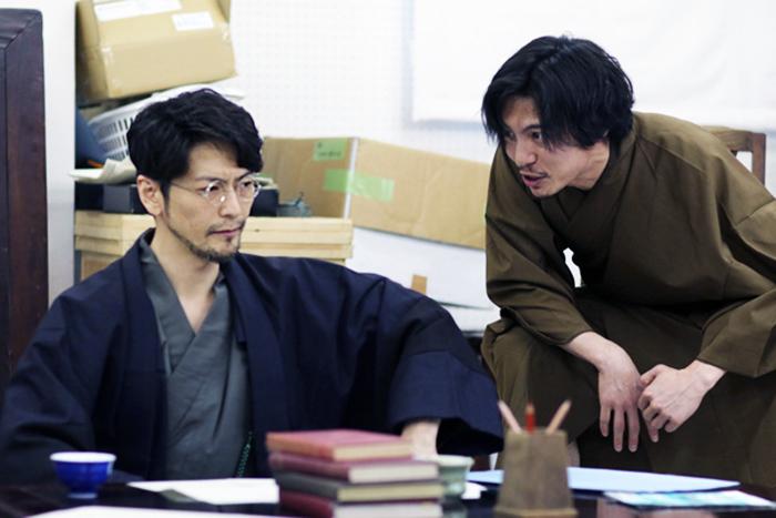 渋六役の須賀貴匡(左)と、飄風役の宮崎秋人(右)