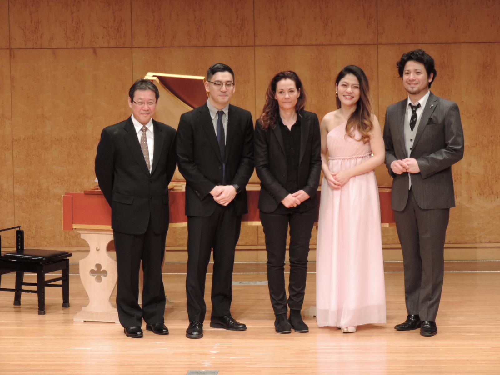 エヴァ・ブッフマン(真ん中)、和田朝妃(右から2番目)、市川浩平(一番右)