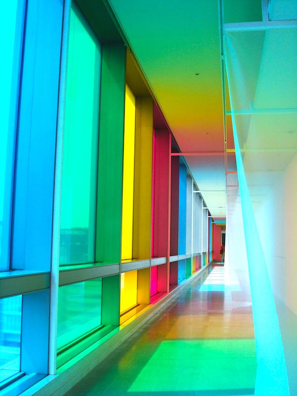 会場の外、街からも楽しめる田島作品は、全体テーマ〈虹のキャラヴァンサライ〉も表している