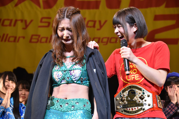 予想外の刺客、酒井瞳(右)にベルトを奪われ号泣するアプガ森咲樹(左)。