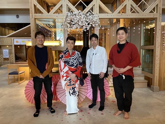 (おふろcafé湯守座ツイッターより) 宮本社長(左)、2020年4月公演を務めた宝海大空座長(左から2番目)。