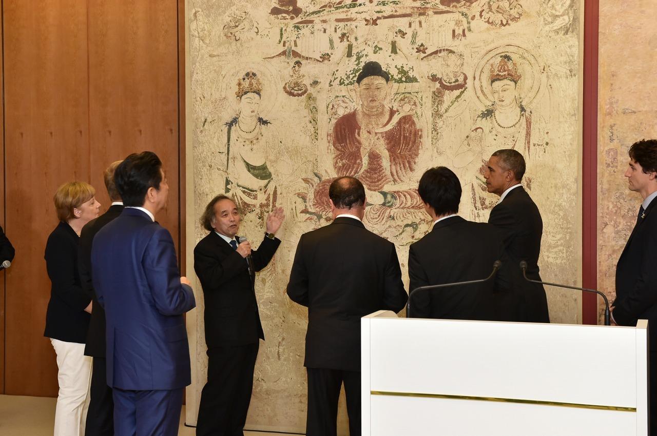 G7伊勢志摩サミットにて各国首脳へクローン文化財について解説する宮廻教授