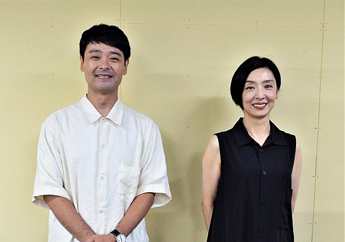 左からノゾエ征爾、草刈民代(提供:ワタナベエンターテインメント)