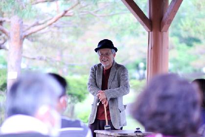 俳優・演出家の串田和美、野外公園での小さな、小さな一人芝居で始動