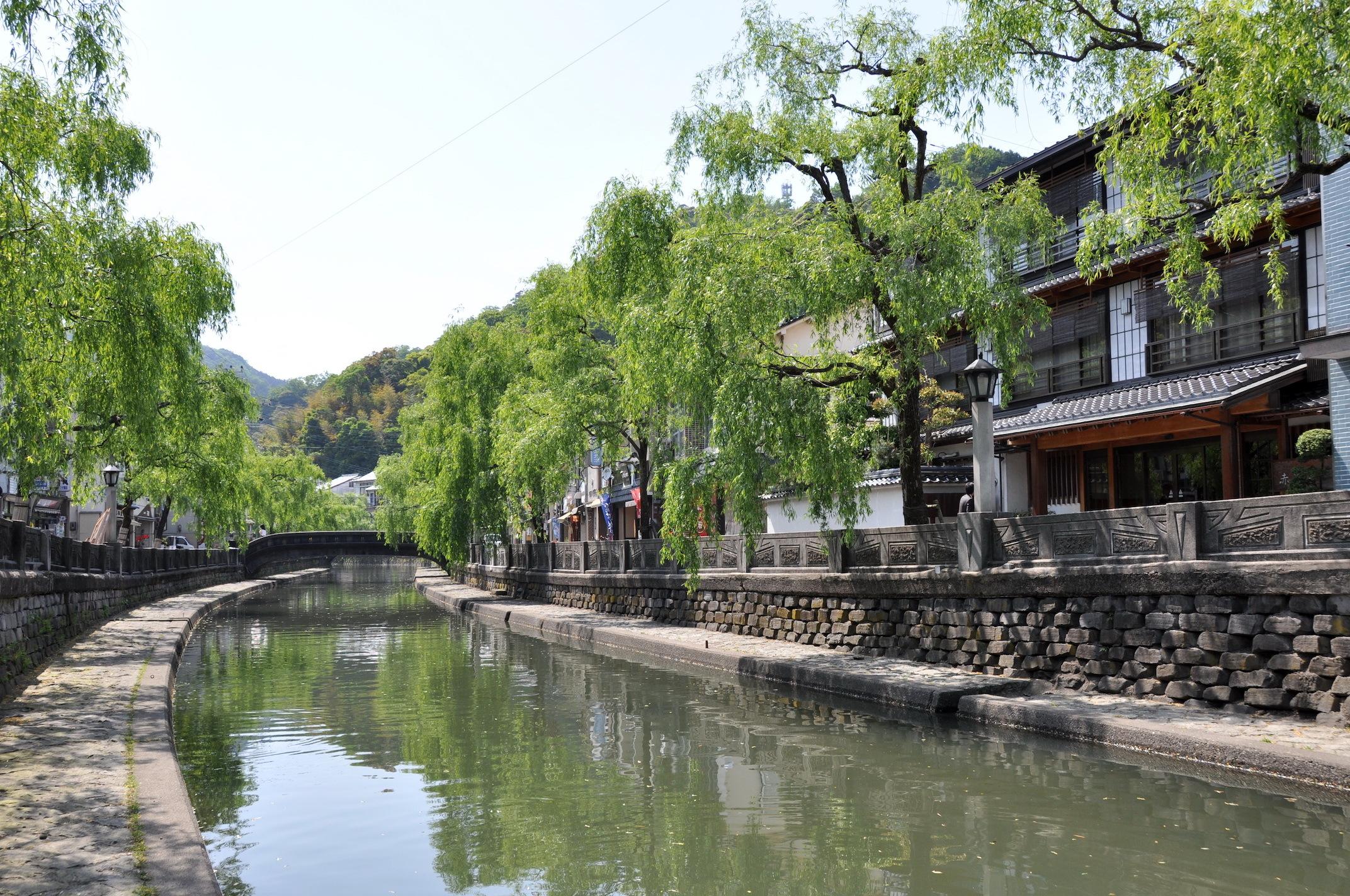 往時の雰囲気を壊さない風情ある街並みを留める城崎温泉