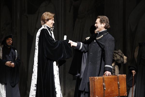 彩の国シェイクスピア・シリーズ『尺には尺を』(彩の国さいたま芸術劇場)公爵が留守をアンジェロにまかせて旅立つ場面。左から、妹尾正文、藤木直人、辻萬長。 撮影/渡部孝弘