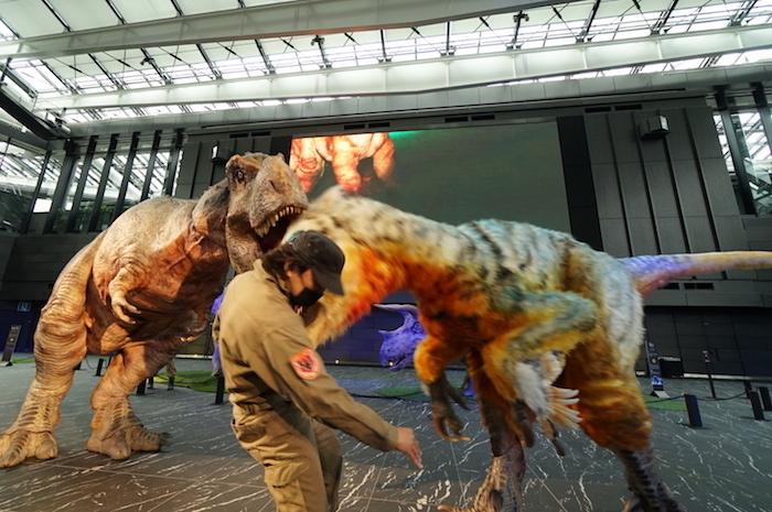 ユタラプトルに襲われるレンジャースタッフ、さらに背後からはティラノサウルスが狙う