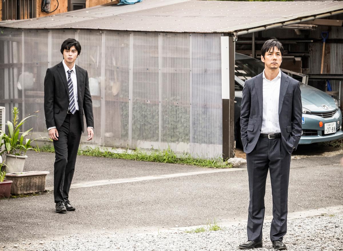 左から 東出昌大、西島秀俊 (C)2016「クリーピー」製作委員会